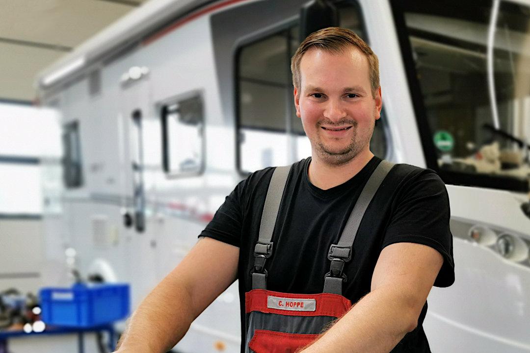 Kfz-Mechatroniker Christopher Hoppe in der XL-Service Werkstatt